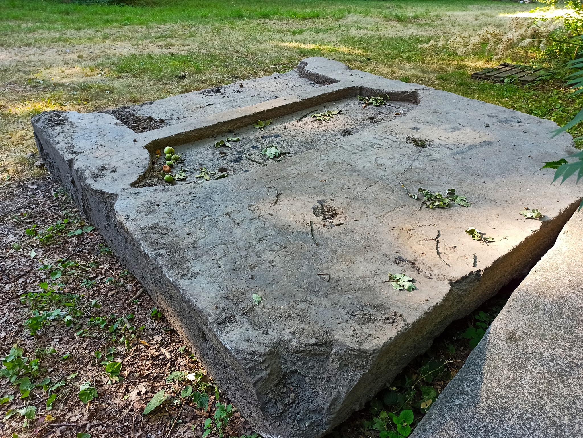 До замку графа Шувалова доправили кам'яну плиту, що може бути складовою склепу Софії Потоцької