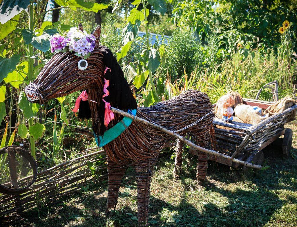 На подвір'ї майстра з Лисянщини оселилися персонажі казок з лози і соломи