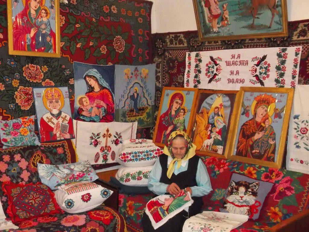 Про майстриню з Лисянщини, яка вишиває понад 60 років