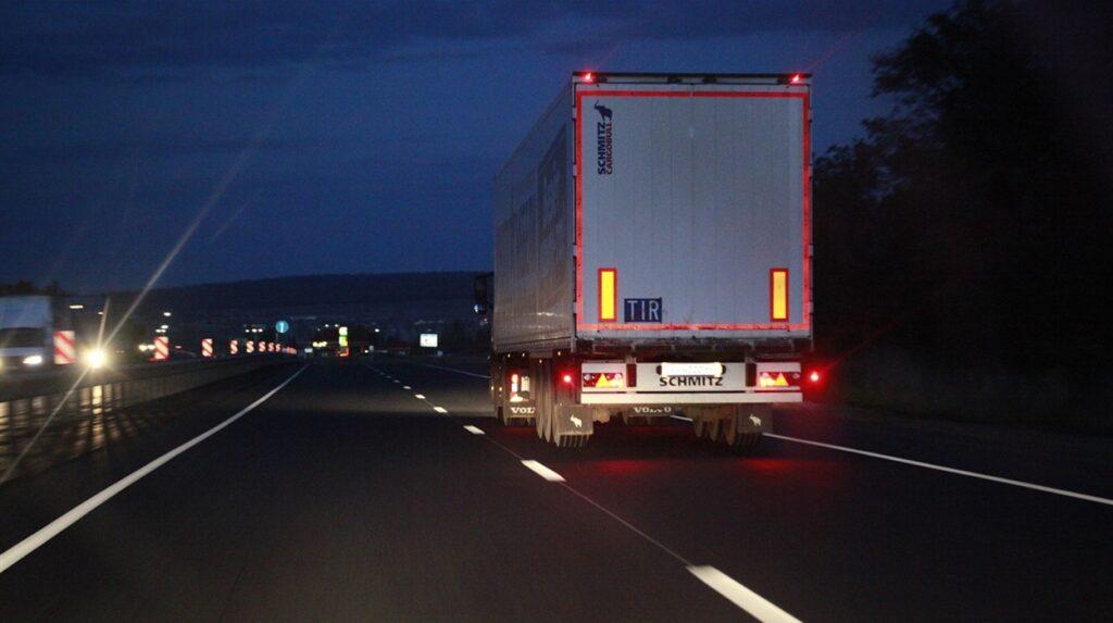 З 1 червня вантажівкам заборонятимуть рух державними дорогами у спеку